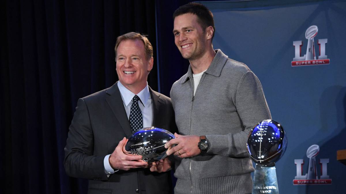 Tom Brady recibió el MVP de la Super Bowl de manos de Roger Goodell