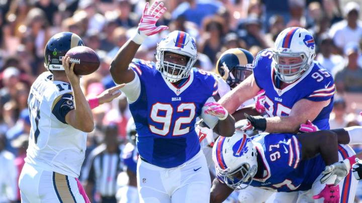 Adolphus Washington, metiendo presión a Case Keenum en un Bills vs Rams