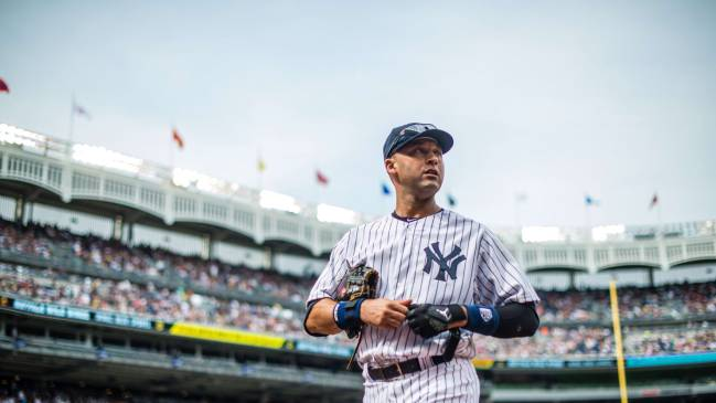 El ahora Salón de la Fama Derek Jeter tiene su número 2 retirado de los Yankees.