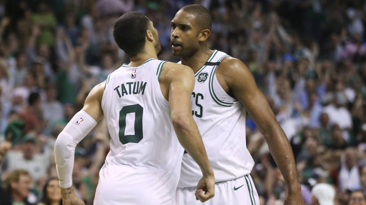 Jayson Tatum y Al Horford, de los Boston Celtics