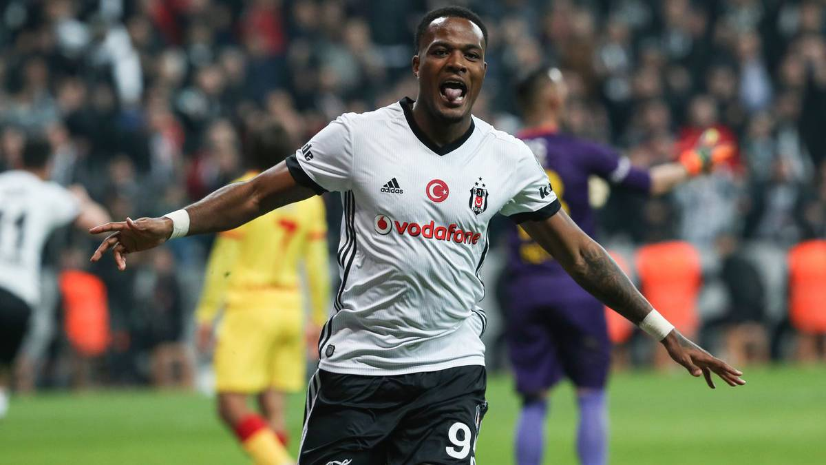 El canadiense Cyle Larin anota un hat trick con el Besiktas