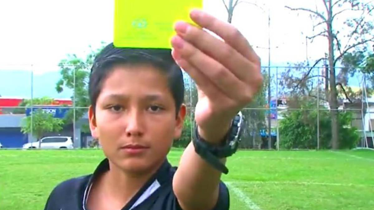 Niño tico de 12 años se gradúa como arbitro profesional