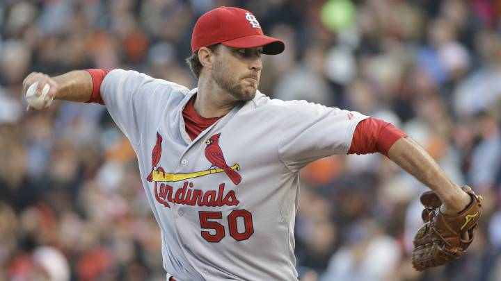 Adam Wainwright lanza un pitcheo