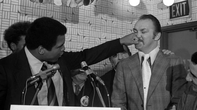 Muhammad Ali lanzándole un recto a Wepner previo a la pela.