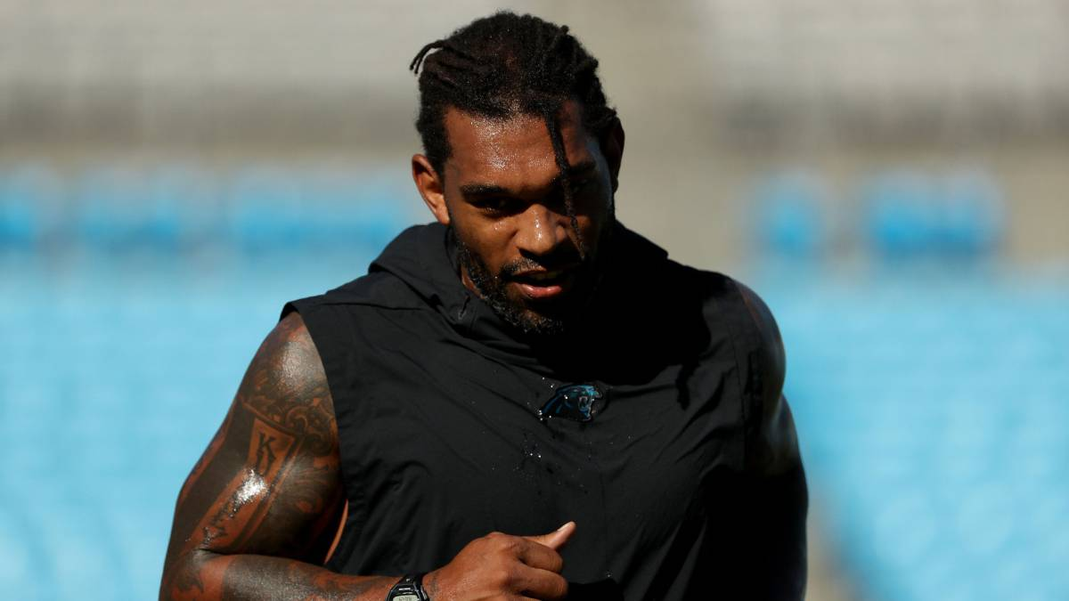 Julius Peppers con los Panthers