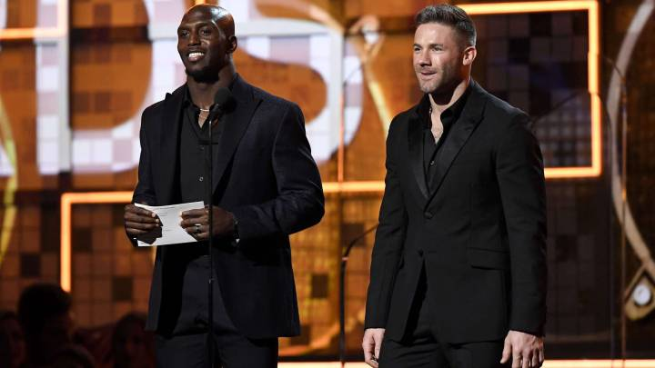 Julian Edelman y Devin McCourty aparecen en los Grammy Awards