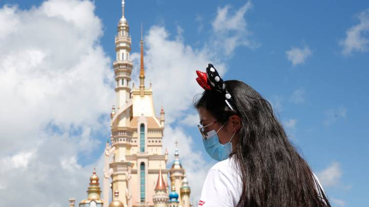 Disney World retrasa reapertura de parques por repunte de casos