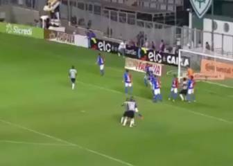 Atlético Mineiro's Otero scores directly from a corner