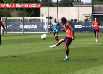 Neymar impresses PSG team mates with training ground lob