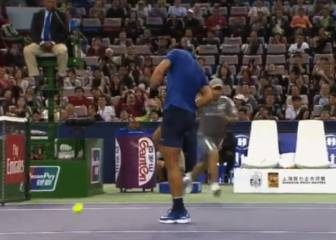 Ow! Nadal loses temper, smashes racket into own knee