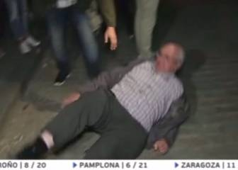 Spartak Moscow fan shoves over elderly man in Sevilla