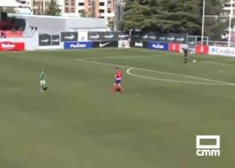 Atlético youth team keeper suffers backpass nightmare