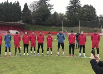 Sporting squad holds moving minute's silence for Quini