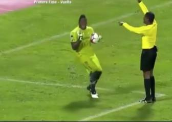 Keeper takes theatrical dive after referee touches his shoulder