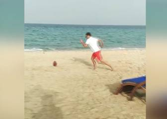 Tom Brady entrena la pierna en las playas de Catar