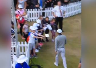Tiger snubs young autograph hunters at the Open